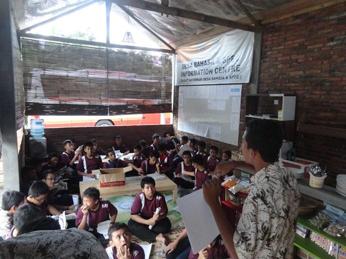 Sesi Penjelasan Aturan Main Belajar sambil Bermain di Desa Bahasa Magelang